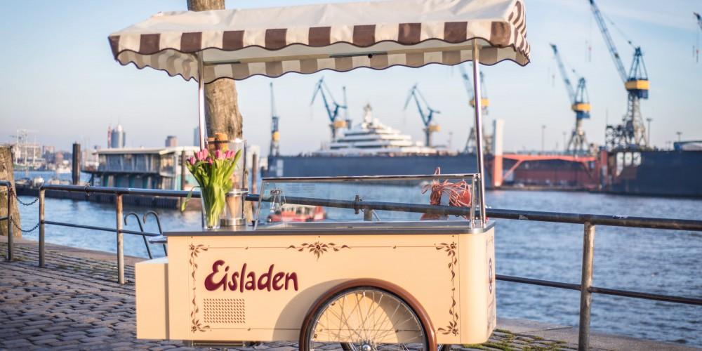 Nostaglischer Eiswagen vor dem Hamburger Hafen